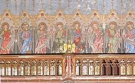 Les huit anges au-dessus de la galerie, sur la face Ouest de la nef, portent des banderoles avec le texte des Béatitudes