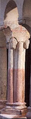 Petit pilier orné de têtes humaines dans la galerie Ouest du cloître