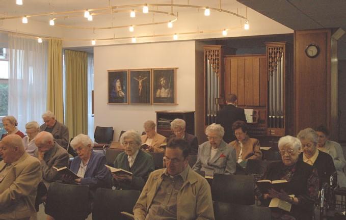 Un organiste accompagne l'assemblée chaque dimanche